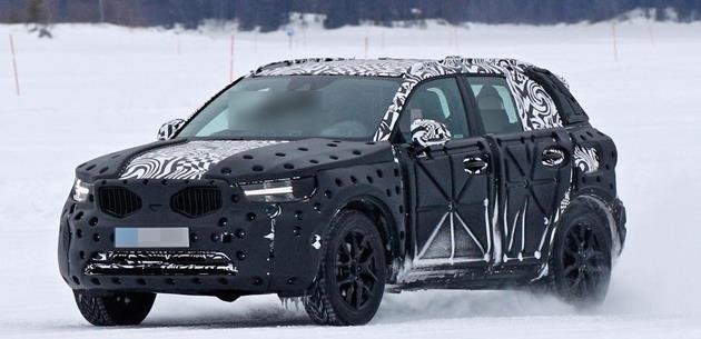 Volvo XC40 yeni 1.5 litre üç silindirli motor ve hibrit sistemle geliyor